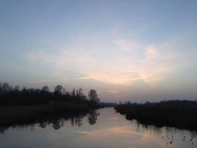 Fluisterboot_varen_schemering_weeerribben